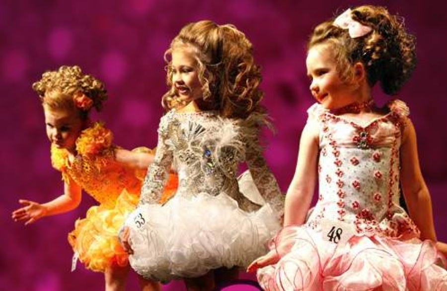 children competing in beauty pageants
