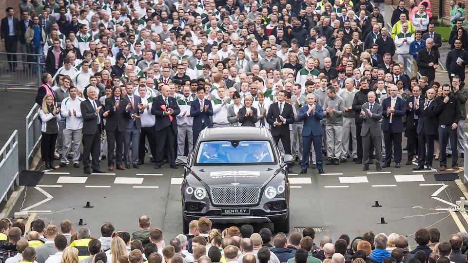 С конвейера сошел первый экземпляр Bentley Bentayga (ФОТО)
