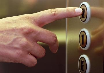 Как оказать первую помощь тем, кто застрял в лифте (ВИДЕО)