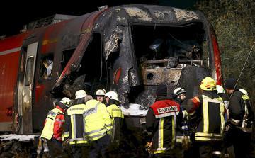 В Германии пассажирский поезд протаранил военный грузовик (ВИДЕО)