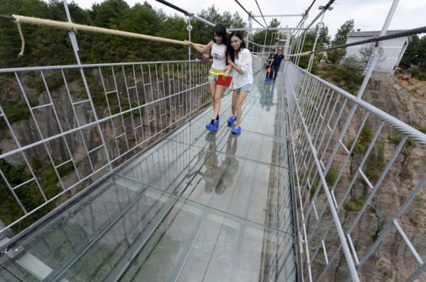 Шаг в пропасть. Как выглядит самый длинный стеклянный мост в мире (ФОТО)