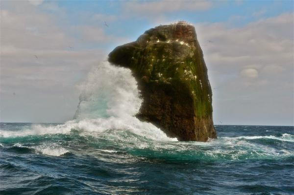 Спорная территория. Снимки удивительной скалы Роколл (ФОТО)