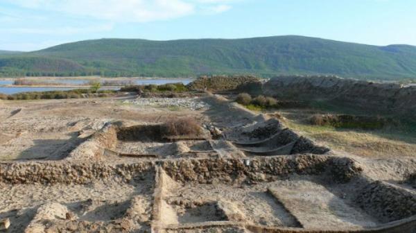Необычная древняя крепость, расположенная прямо посреди озера (ФОТО)