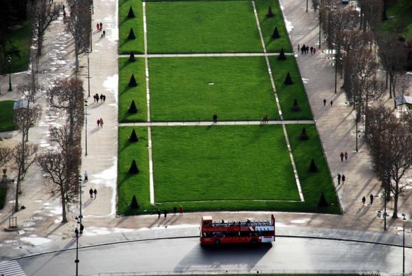 Чудесный вид: как выглядит Париж с Эйфелевой башни (ФОТО)