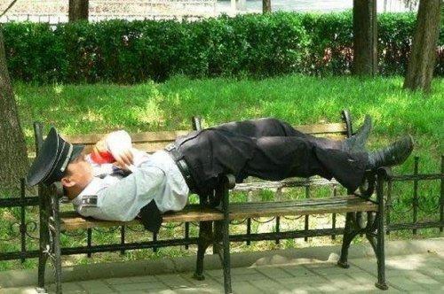 Уснувшие в самых неожиданных местах и позах (ФОТО)