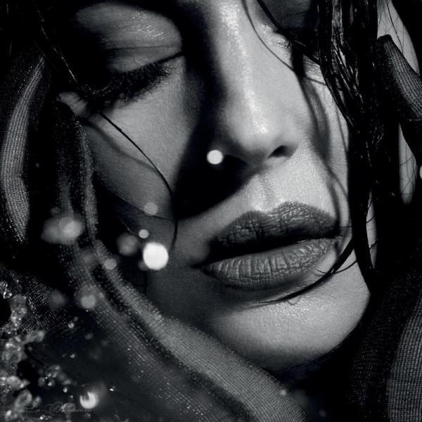 Вечно юная Моника Белуччи снялась в мокрой фотосессии (ФОТО)