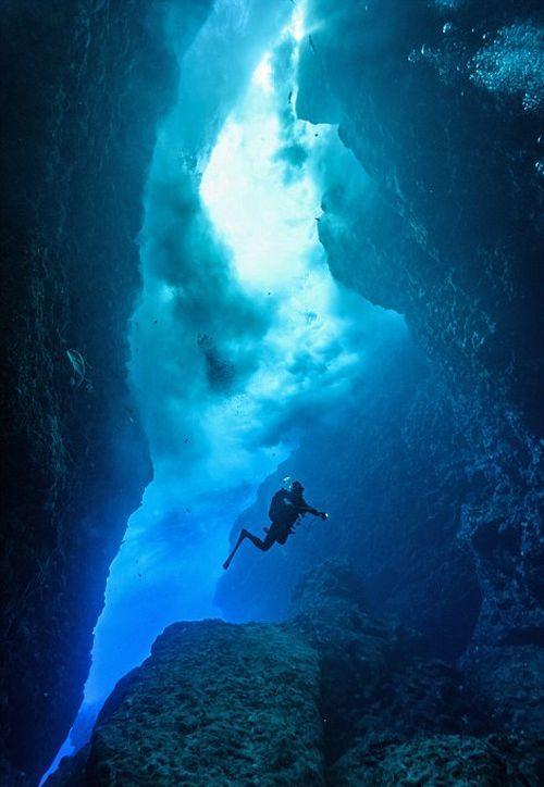 Удивительные подводные пещеры на снимках Чарли Юнга (ФОТО)