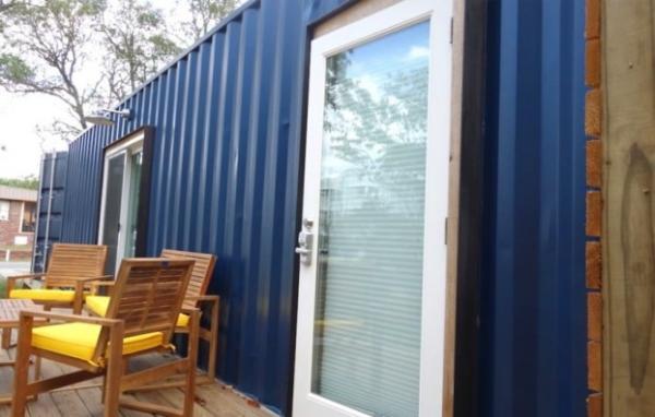 Американец превратил грузовой контейнер в уютный дачный домик (ФОТО)