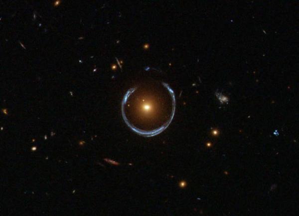 В космосе обнаружено идеальное кольцо Эйнштейна (ФОТО)