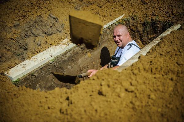 В Венгрии прошли соревнования по скоростному рытью могил (ФОТО)