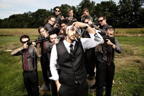 Креативные свадебные снимки с веселыми друзьями жениха (ФОТО)