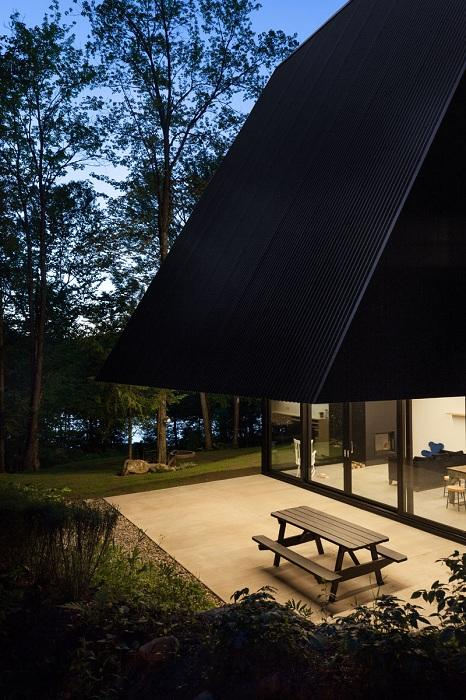Жизнь как в сказке: уютный дом в лесной чащобе (ФОТО)