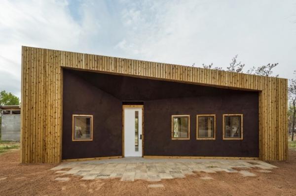 Молодые и изобретательные: студенты построили комфортный дом из переработанной древесины (ФОТО)
