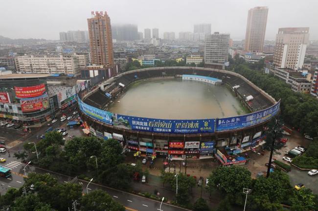 В Китае проливные дожди затопили открытый стадион (ФОТО)