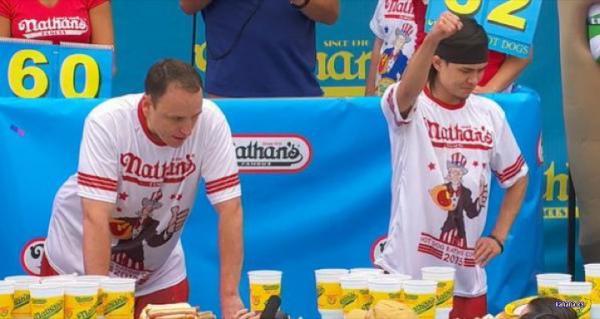 В США прошли соревнования по скоростному поеданию хот-догов (ФОТО)