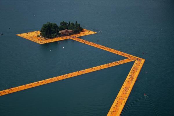 В Италии построили пирс, который позволяет буквально гулять по воде (ФОТО)