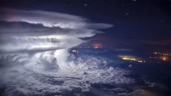 Удар природы: так выглядит гроза на высоте 10 тысяч метров (ФОТО)