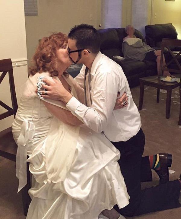 Неравный брак. 71-летняя женщина и 17-летний парень сыграли свадьбу (ФОТО)