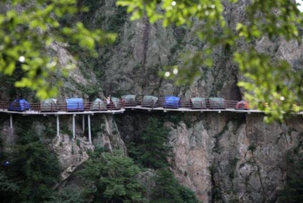 Экстремальный туризм: группа путешественников разбила лагерь на высоте 1700 метров (ФОТО)