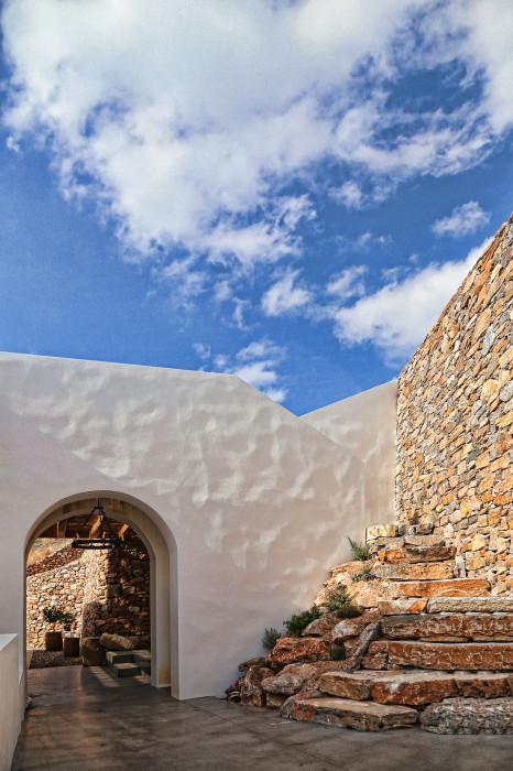 Дом в горном склоне: шикарный жилой комплекс на греческом острове (ФОТО)