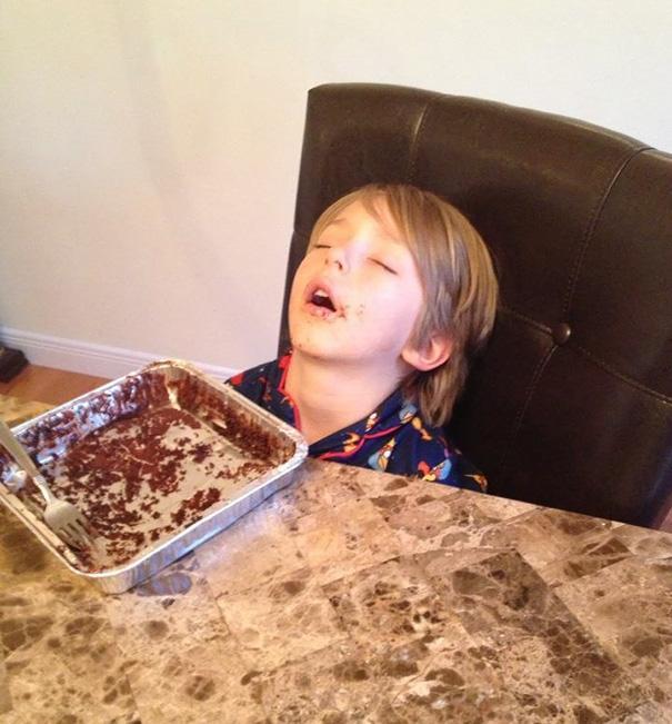 15 снимков, доказывающих, что дети могут спать где угодно (ФОТО)
