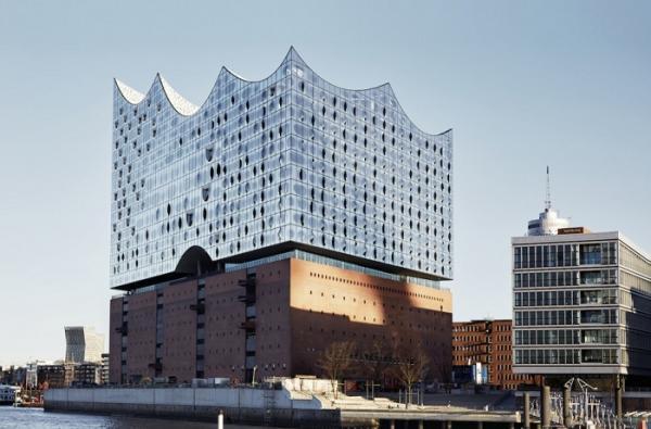 На контрасте традиций и современности: эффектное здание с мерцающим фасадом (ФОТО)