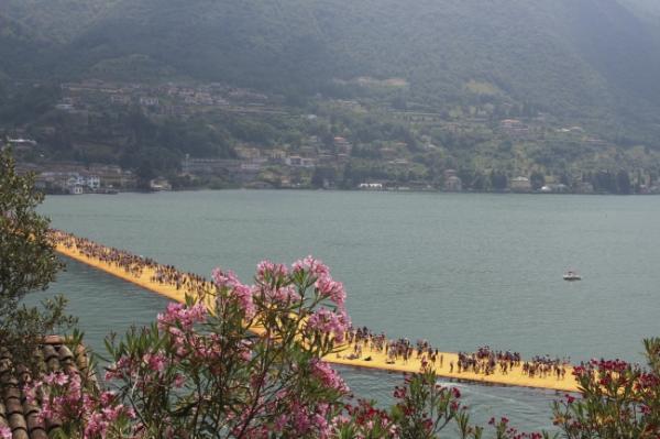 В шафрановых тонах. Необычный плавучий пирс в Италии (ФОТО)