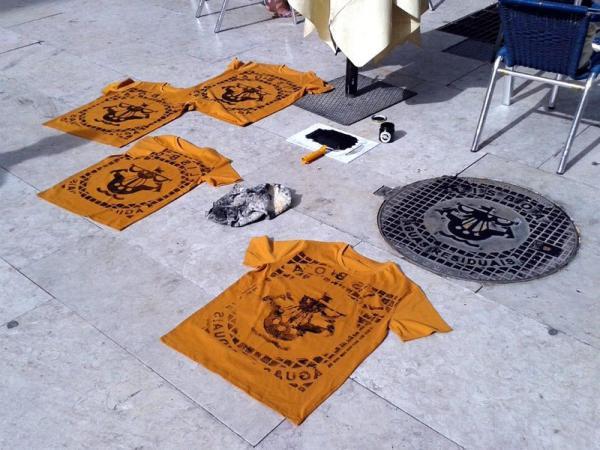 Художники используют крышки люков для печати на сувенирных футболках (ФОТО)