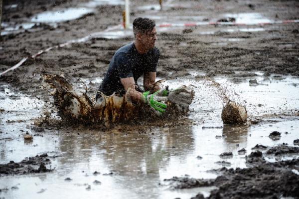 Грязный спорт: в Германии провели чемпионат по болотному футболу (ФОТО)