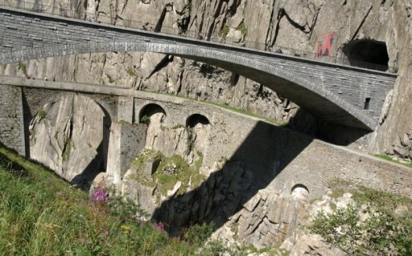 """Место не для слабонервных: уникальный """"мост дьявола"""" в Швейцарии (ФОТО)"""