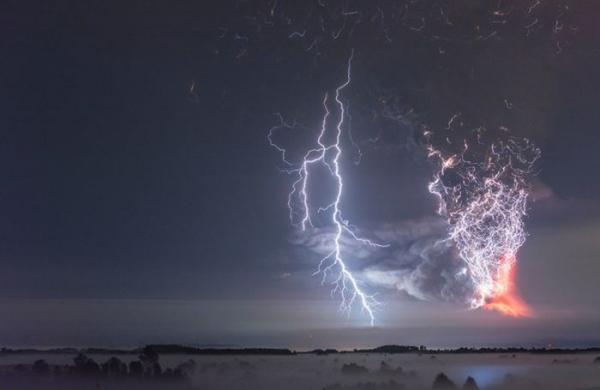 Фантастическая молния во время извержения вулкана Кальбуко в Чили (ФОТО)