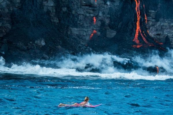 Экстремальный досуг: плавание в океане с лавой на Гавайских островах (ФОТО)