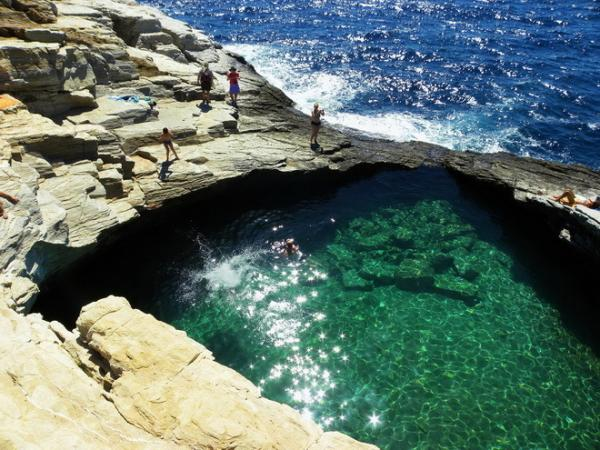 Тихий отдых вдали от шумных курортов: уникальный природный бассейн на острове Тассос (ФОТО)