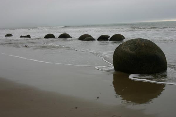 Загадочное творение природы: валуны Моераки в Новой Зеландии (ФОТО)