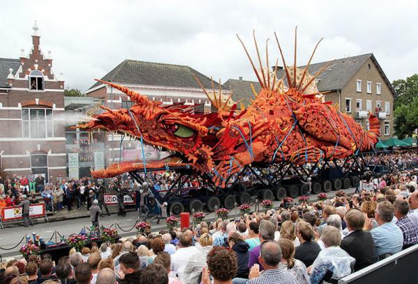 Невероятное зрелище! В Голландии прошел парад гигантских цветочных скульптур (ФОТО)