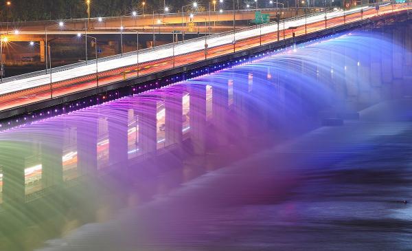 Завораживающее зрелище: самый длинный фонтан в мире (ФОТО)