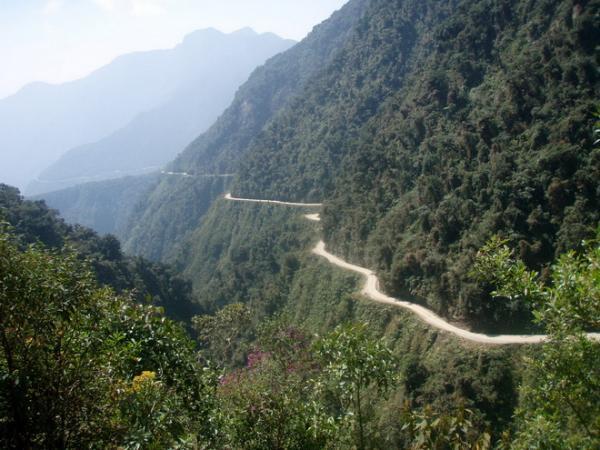 Тропа для смельчаков: самая опасная дорога в мире (ФОТО)
