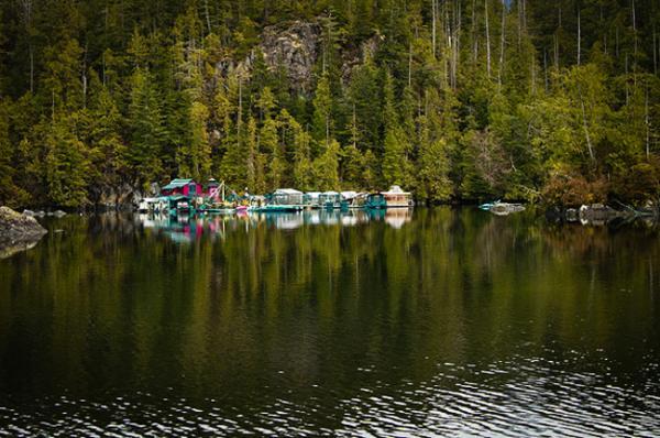 Семейная пара из Канады построила плавучий дом-остров весом в 500 тонн (ФОТО)