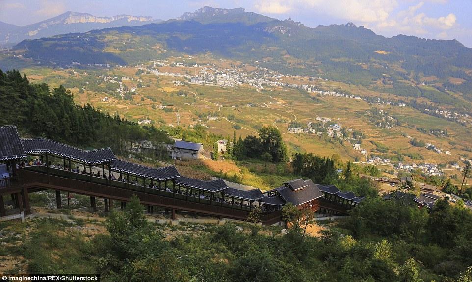 В центре Китая построили самый длинный в мире эскалатор (ФОТО)
