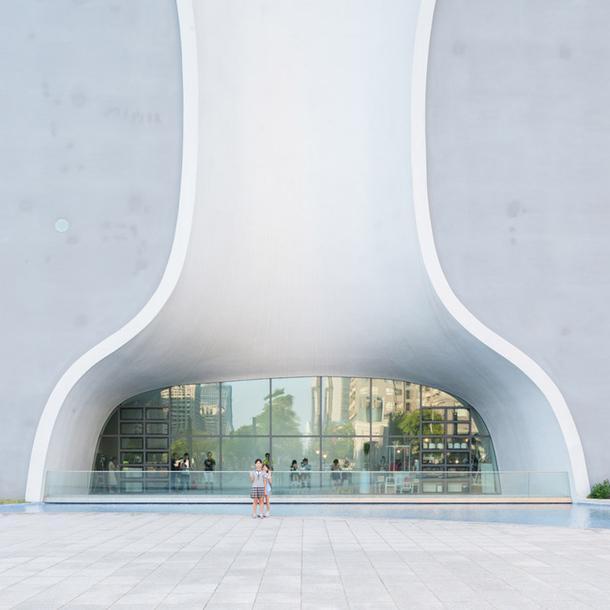 """Архитектура в объективе: """"Извилистое"""" пространство Национального театра Тойо Ито (ФОТО)"""