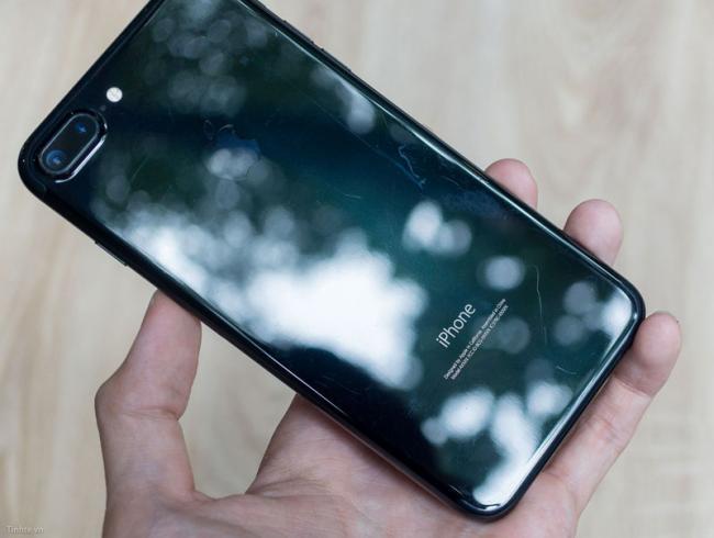 У iPhone 7 Jet Black отклеивается надпись «iPhone» (ФОТО)