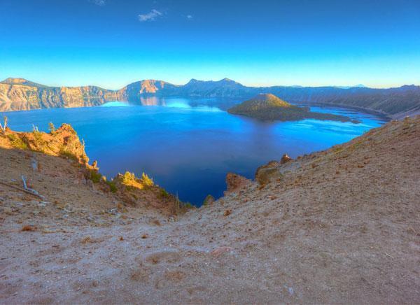 Кристально чистая вода и глубокий синий цвет: как выглядит одно из красивейших озер мира (ФОТО)