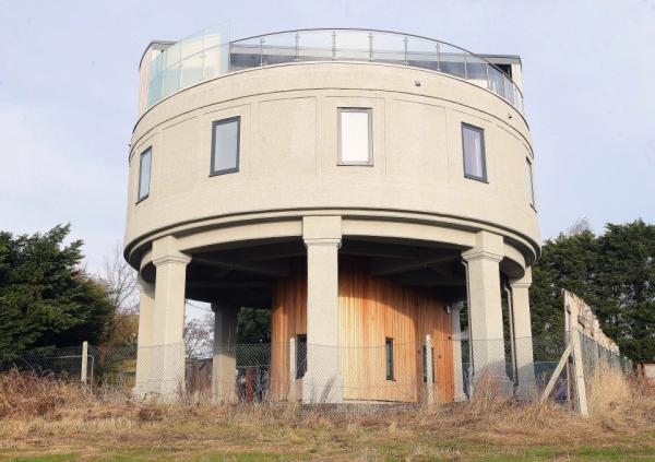 Житель Великобритании создал дом своей мечты из старой водонапорной башни (ФОТО)