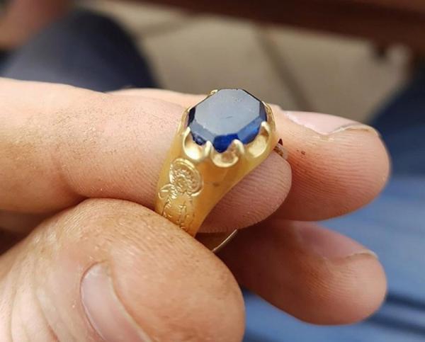 """Охотник за сокровищами нашел редкое кольцо эпохи """"короля воров"""" (ФОТО)"""
