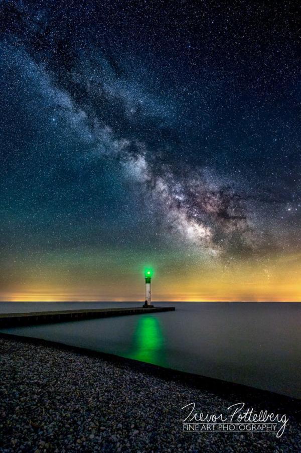 Канадский фотограф влюбился в пейзаж с одиноким маяком и потратил целый год, чтобы отснять его (ФОТО)