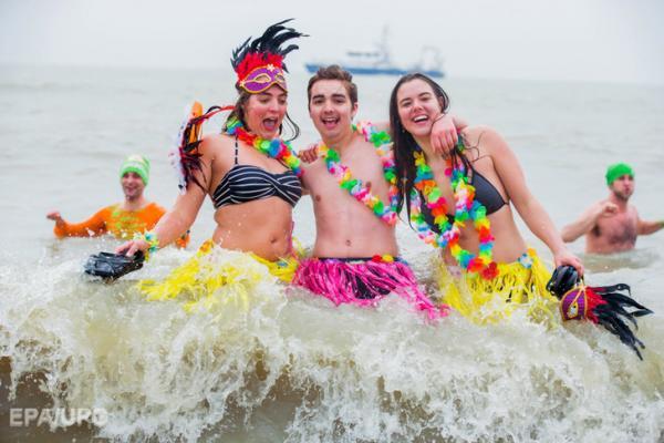 Холодно и весело: новогодние купания в Бельгии (ФОТО)