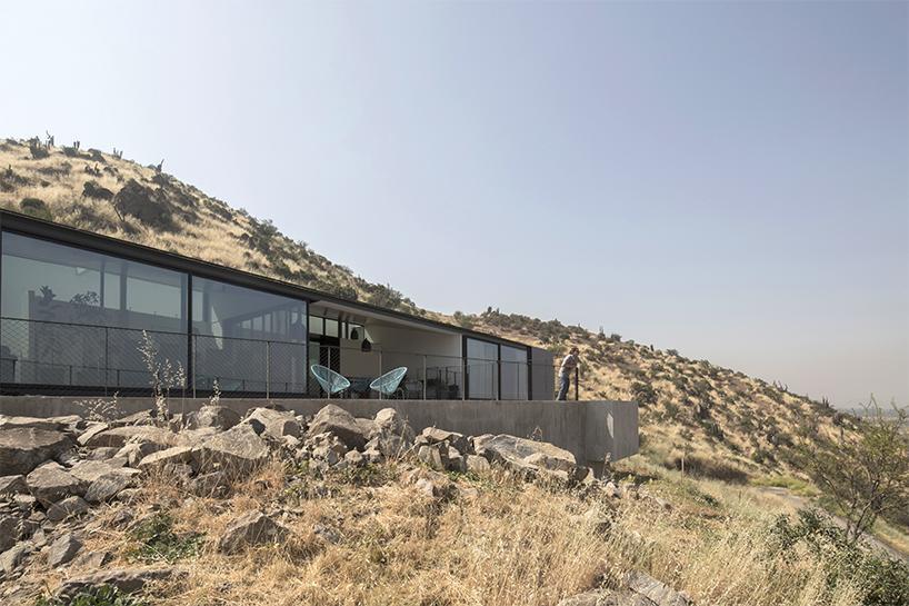 Стильный дом с необычной архитектурой и шикарным видом на Сантьяго (ФОТО)