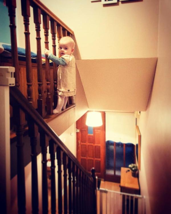 Необычное хобби: отец создает снимки дочери в опасных местах (ФОТО)