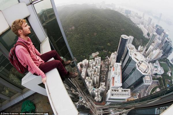 На все ради фото: экстремалы фотографируются на небоскребах без страховки (ФОТО)