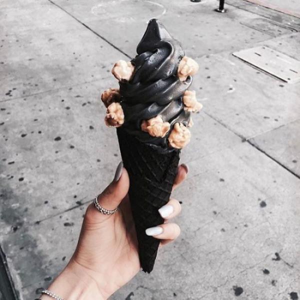 Американцы в восторге от мороженого черного цвета (ФОТО)